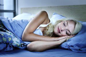 ¿Mejor dormir sobre el lado derecho o el izquierdo?
